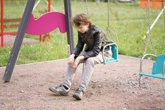 Smutny osamotniony nastolatek plenerowy na boisku szykany adolescencja w komunikacyjnym poj?ciu zdjęcie royalty free