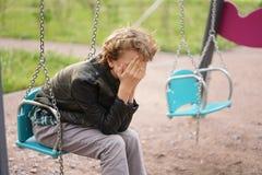 Smutny osamotniony nastolatek plenerowy na boisku szykany adolescencja w komunikacyjnym poj?ciu fotografia royalty free