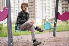 Smutny osamotniony nastolatek plenerowy na boisku szykany adolescencja w komunikacyjnym poj?ciu obrazy stock