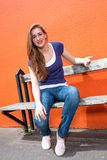 Smutny piękny dziewczyny obsiadanie na ławce, narzekający, wyrażający rozczarowanie obrazy royalty free