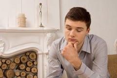 Smutny przygnębiony młody człowiek Zdjęcia Royalty Free