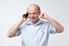 Smutny, przygnębiony, zmartwiony starszy mężczyzna, ojciec opowiada na telefonie, odosobniony biały tło Zły związek zdjęcie stock