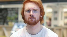 Smutny rudzielec brody mężczyzna uczucia spęczenie i główkowanie o problemach obrazy royalty free