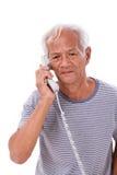 Smutny, sfrustowany, negatywny starszy stary człowiek używa telefon, zdjęcia royalty free