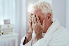 Smutny starszego mężczyzna płakać obrazy stock