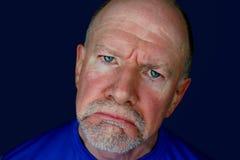 Smutny Starszy mężczyzna z niebieskimi oczami Fotografia Royalty Free