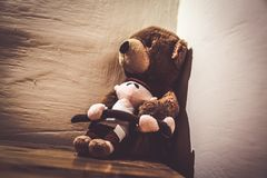 Smutny Teddybear w kącie pokój Fotografia Royalty Free