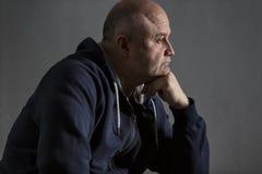 Smutny w średnim wieku łysy mężczyzna sztuki pi?knej kamery oczu mody pe?ne splendoru zieleni klucza wargi target1847_0_ depresj? zdjęcie royalty free