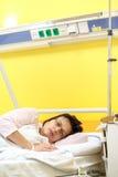 Smutny w średnim wieku kobiety lying on the beach w szpitalu Zdjęcia Royalty Free