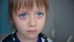 Smutny widok dziewczyna troszkę zbiory wideo