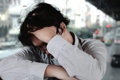 Smutny zaakcentowany młody Azjatycki biznesowego mężczyzna wzruszający czoło z rękami zdjęcie royalty free