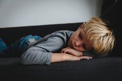 Smutny zmęczony dziecko stres i depresja, przeciążenie, niepokój obraz royalty free
