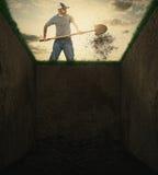 Smuts in i en grav. Arkivbilder