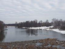 Smuts och skräp i floden, frukten av mänsklig handling, dålig ekologi royaltyfri bild