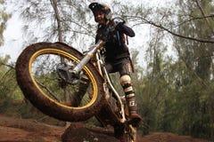 Smuts som cyklar försök Arkivfoto