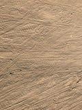 Smutsa jordning med hjulspår, tafsar hunden och utskrivavna häftklammermatare Arkivfoton