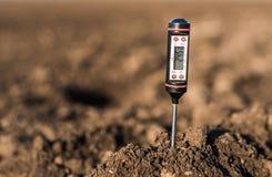 Smutsa metern för mätt PH, temperatur och fuktighet arkivfoton