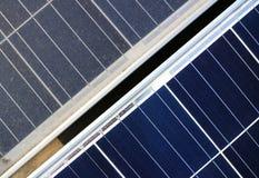 Smutsa ner den bästa sikten för kontra rena Photovoltaic paneler arkivbilder