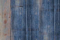 Smutsa ner den blåa rostiga väggen för zinkmetallarket fotografering för bildbyråer