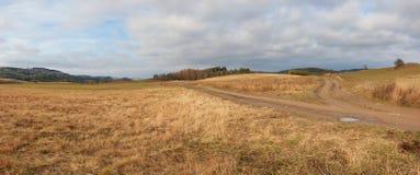 Smutsa ner den lantliga vägen, höstlandskapet, tvärgator, lantlig grusväg Arkivfoton