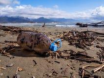 Smutsa ner den olje- behållaren som överges längs stranden Fotografering för Bildbyråer