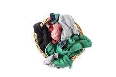 Smutsa ner klädertvätterit i vide- korg royaltyfria foton