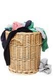 Smutsa ner klädertvätterit i vide- korg royaltyfria bilder