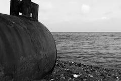 Smutsa ner kusten och ett rör i förgrunden arkivbilder