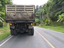 Smutsa ner lastbilen på vägen Arkivfoton