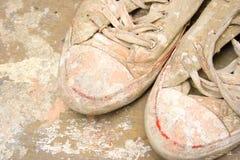 Smutsa ner sneakers.2 Arkivbild