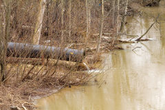 Smutsa ner vatten till floden på industriellt från ett rör Royaltyfri Bild