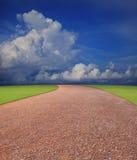 Smutsa väglinjen till det horisontal med whi för blå sky Royaltyfri Foto