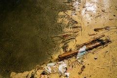 Smutsar ner den övre sikten för slutet från ovannämnt av förorenat smutsigt vatten med skräp, avskräde och plast- Arkivfoto
