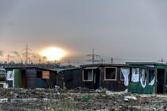 Smutsar ner gammalt kusligt mörker övergav destruktiva bruten fönstersolnedgång för hus royaltyfri fotografi