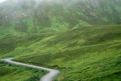Smutsgrusvägen till det Hatcher passerandet, nära Palmer Alaska och Ind royaltyfri foto