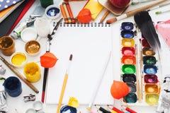 Smutsig arbetsplats av den idérika konstnären, modell Arkivbild