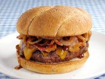 smutsig baconcheeseburger Arkivbilder