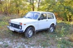 Smutsig bil`-Niva ` i skogen Kaukasus, Ryssland Arkivfoton
