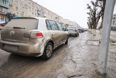 Smutsig bil på gatan Royaltyfri Bild