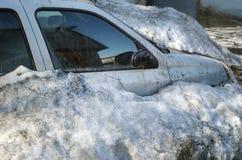 Smutsig bil under snö Arkivbilder