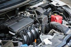 Smutsig bilmotor med damm arkivfoton