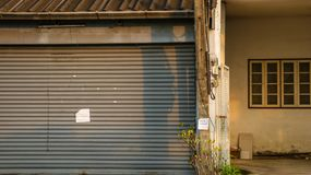 Smutsig dörr för tappningrullslutare med anmärkningen för tomt papper - gammal Ab Arkivbilder