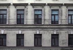 Smutsig fasad av gammal byggnad i den historiska staden Royaltyfri Foto