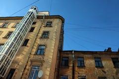 Smutsig fasad av gammal byggnad i den historiska staden Royaltyfri Fotografi