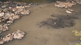 Smutsig flod i Dharavi slumkvarter Gasbildande från den smutsiga floden Mumbai india lager videofilmer