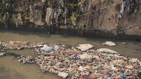Smutsig flod i Dharavi slumkvarter Mumbai india arkivfilmer