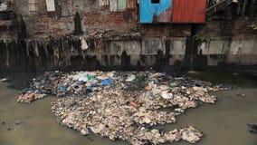 Smutsig flod i Dharavi slumkvarter Mumbai india lager videofilmer