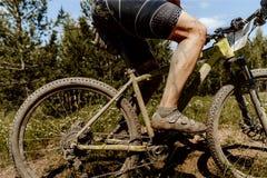 smutsig fot och cykelidrottsman nen Arkivfoton
