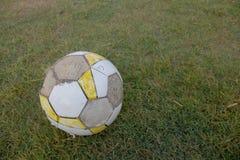 Smutsig fotbollfotboll Arkivfoto