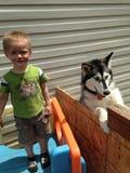 Smutsig framsidalitet barnpojke med den skrovliga hunden Royaltyfria Bilder